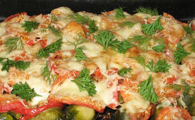 Брюссельская капуста с сыром и помидорами