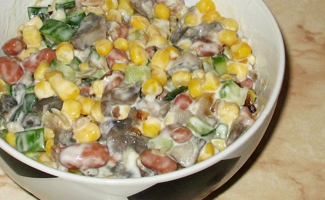 Грибной салат с фасолью и кукурузой
