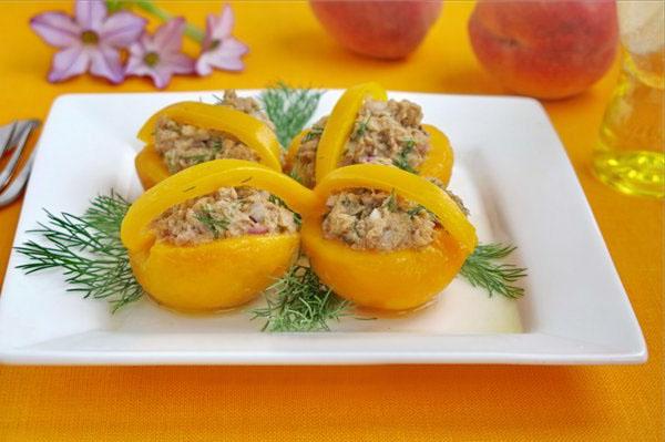 рецепт салата лукошки из персика с тунцом