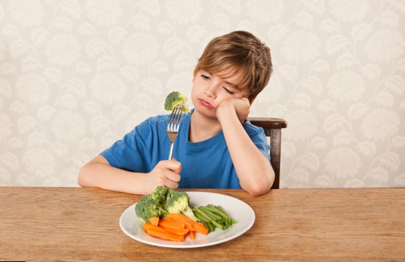 грустный мальчик кушает